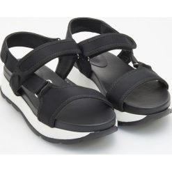 Sandały na grubej podeszwie - Czarny. Czerwone sandały damskie marki Casu, w ażurowe wzory, na obcasie. Za 119,99 zł.