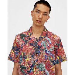 Koszula z krótkim rękawem w kwiaty. Czerwone koszule męskie marki Pull&Bear, m. Za 27,90 zł.