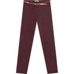 Spodnie typu chinos basic z paskiem. Czerwone chinosy damskie Pull&Bear. Za 89,90 zł.