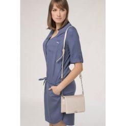 Elegancka torebka z połyskiem. Białe torebki klasyczne damskie marki Monnari, ze skóry, małe, z tłoczeniem. Za 91,60 zł.