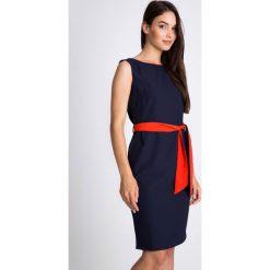 Granatowa sukienka z czerwonym pasem QUIOSQUE. Czerwone sukienki balowe QUIOSQUE, do pracy, uniwersalny, w paski, z materiału, z okrągłym kołnierzem, na ramiączkach, dopasowane. W wyprzedaży za 106,00 zł.