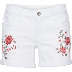 Szorty dżinsowe z haftem bonprix biały denim. Białe bermudy damskie bonprix, z haftami, z denimu. Za 89,99 zł.