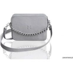 Skórzana torebka z łańcuchem. Szare torebki klasyczne damskie marki Pakamera, w paski, ze skóry, małe. Za 140,00 zł.
