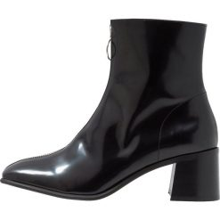 E8 BY MIISTA SAGA Botki black florentique. Czarne botki damskie na zamek E8 BY MIISTA, z materiału, klasyczne. Za 669,00 zł.