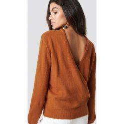 NA-KD Trend Dzianinowy sweter z kopertowym tyłem - Brown. Białe swetry klasyczne damskie marki NA-KD Trend, z nadrukiem, z jersey, z okrągłym kołnierzem. Za 121,95 zł.