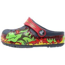 Crocs CROCSLIGHTS Sandały kąpielowe navy. Niebieskie sandały chłopięce marki Crocs, z gumy, z otwartym noskiem. W wyprzedaży za 139,30 zł.