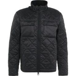 Barbour International™ STEVE  Kurtka przejściowa black. Czarne kurtki męskie przejściowe Barbour International™, m, z materiału. W wyprzedaży za 431,55 zł.