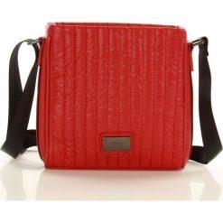 Sportowa torebka listonoszka czerwona LONDYN. Czerwone listonoszki damskie Nobo, w geometryczne wzory, pikowane. Za 139,00 zł.