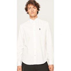 Koszula regular fit - Biały. Białe koszule męskie marki Reserved, l. W wyprzedaży za 49,99 zł.