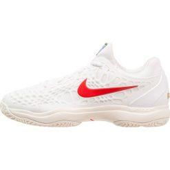 Nike Performance AIR ZOOM CAGE 3 HC Obuwie do tenisa Outdoor white/universal red/light cream/metallic gold. Białe buty do tenisa męskie Nike Performance, z gumy. Za 549,00 zł.