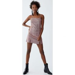 Wieczorowa sukienka na ramiączkach. Czerwone sukienki koktajlowe marki Pull&Bear, na ramiączkach. Za 59,90 zł.