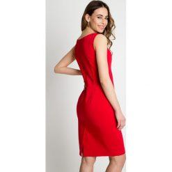 Sukienki hiszpanki: Dopasowana czerwona sukienka z głębszym dekoltem BIALCON