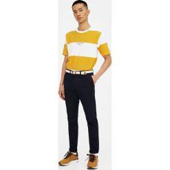 Spodnie typu chinos z paskiem. Czarne chinosy męskie marki Pull&Bear, m. Za 89,90 zł.