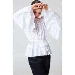 Bluzki asymetryczne: Boohoo Bluzka zdobiona falbankami i perłami - White