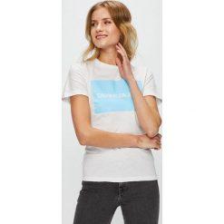 Calvin Klein Jeans - Top. Szare topy damskie Calvin Klein Jeans, l, z nadrukiem, z bawełny, z okrągłym kołnierzem. W wyprzedaży za 159,90 zł.