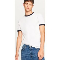 T-shirt z kontrastową lamówką - Biały. Białe t-shirty męskie Reserved, l, z kontrastowym kołnierzykiem. Za 29,99 zł.