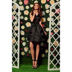 Rozkloszowana sukienka czarna DAKOTA. Czarne sukienki balowe Lemoniade, na wesele, dekolt w kształcie v, rozkloszowane. Za 159,90 zł.