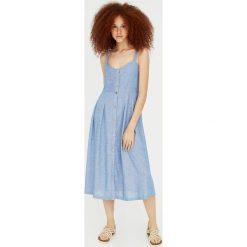 Sukienka midi z guzikami z tkaniny chambray. Niebieskie sukienki hiszpanki Pull&Bear, z tkaniny, midi. Za 139,00 zł.