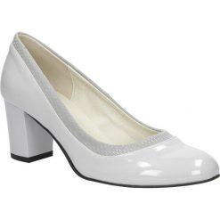 Szare czółenka lakierowane na słupku Casu 1364. Szare buty ślubne damskie Casu, z lakierowanej skóry, na słupku. Za 78,99 zł.