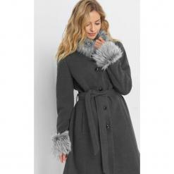 Płaszcz z futrzanymi wstawkami. Szare płaszcze damskie pastelowe Orsay, w paski, z elastanu. Za 279,99 zł.