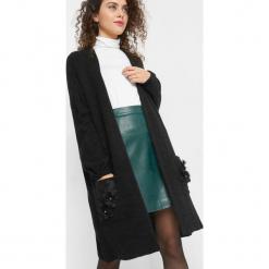 Długi kardigan z haftem 3D. Czarne kardigany damskie marki Orsay, xs, z bawełny, z dekoltem na plecach. W wyprzedaży za 95,00 zł.