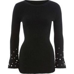 Sweter z rozkloszowanymi rękawami i perełkami bonprix czarny. Czarne swetry klasyczne damskie bonprix, z dzianiny. Za 99,99 zł.