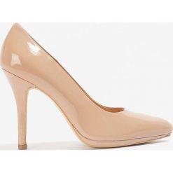 Buty ślubne damskie: Lakierowane pudrowe czółenka