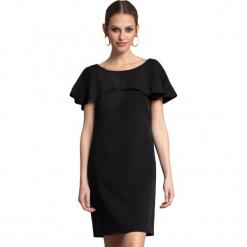 Sukienka w kolorze czarnym. Czarne sukienki na komunię marki Almatrichi, s, z dekoltem na plecach, midi, proste. W wyprzedaży za 199,95 zł.