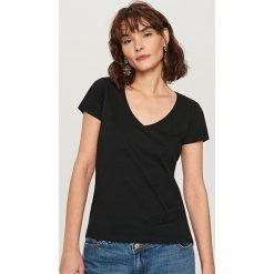 T-shirt z dekoltem w serek - Czarny - 2