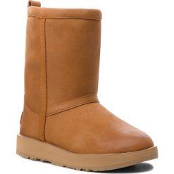 Buty UGG - W Classic Short L Waterproof 1017509 W/Che. Brązowe buty zimowe damskie Ugg, z nubiku, na niskim obcasie. Za 1049,00 zł.