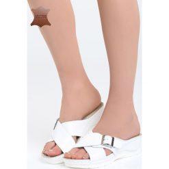 Białe Skórzane Klapki Sunscreen. Białe klapki damskie marki Born2be, z materiału, na koturnie. Za 99,99 zł.
