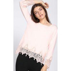 Łososiowy Sweter Never Come. Czerwone swetry klasyczne damskie Born2be, l, z koronki, z okrągłym kołnierzem. Za 79,99 zł.