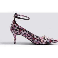 Buty ślubne damskie: NA-KD Shoes Satynowe czółenka z paskiem - Multicolor