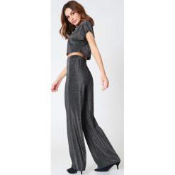 Spodnie z wysokim stanem: Hannalicious x NA-KD Brokatowe spodnie – Black