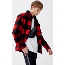 Koszula wierzchnia w kratkę, z podszewką. Czerwone koszule męskie w kratę marki Pull&Bear, m. Za 159,00 zł.