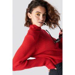 Emilie Briting x NA-KD Ażurowy sweter z golfem - Red. Czerwone swetry oversize damskie Emilie Briting x NA-KD, w ażurowe wzory, z dzianiny, z długim rękawem. Za 161,95 zł.