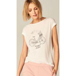 Koszulka z aplikacją - Biały. Białe t-shirty damskie Mohito, l, z aplikacjami. Za 39,99 zł.