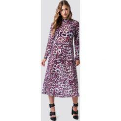 Rut&Circle Siateczkowa sukienka Leo - Pink. Niebieskie długie sukienki marki ARTENGO, z elastanu, ze stójką. Za 202,95 zł.