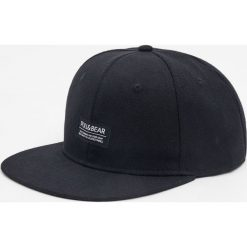 Czarna czapka z logo. Czarne czapki z daszkiem męskie Pull&Bear. Za 39,90 zł.