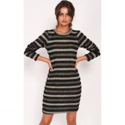 Sukienka w kolorze szarym ze wzorem. Czarne sukienki marki Dioxide, s, w paski, ze splotem, z okrągłym kołnierzem, midi, proste. W wyprzedaży za 119,95 zł.