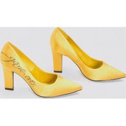 NA-KD Shoes Satynowe czółenka Game Over - Yellow. Żółte buty ślubne damskie NA-KD Shoes, z nadrukiem, z satyny, na średnim obcasie, na obcasie. W wyprzedaży za 48,59 zł.