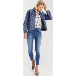 Mavi TESS Jeans Skinny Fit mid blue ultramove. Niebieskie rurki damskie Mavi. W wyprzedaży za 154,50 zł.