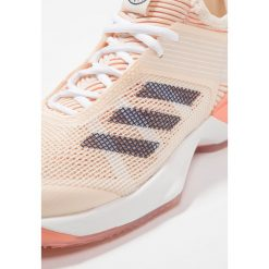 Adidas Performance ADIZERO UBERSONIC 3 CLAY Obuwie do tenisa Outdoor Ecru Tint/Noble Indigo/Chalk Coral. Niebieskie buty do tenisu damskie adidas Performance. W wyprzedaży za 479,20 zł.