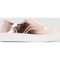 Sznurowane tenisówki, metaliczny połysk. Czerwone buty sportowe dziewczęce marki La Redoute Collections, z bawełny, na sznurówki. Za 102,86 zł.