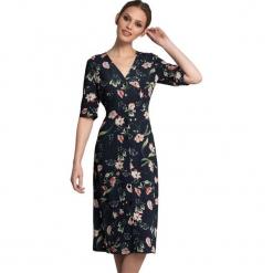 Sukienka w kolorze granatowym ze wzorem. Niebieskie sukienki marki Almatrichi, midi, proste. W wyprzedaży za 229,95 zł.