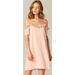 Sukienki: Kobieca sukienka z odkrytymi ramionami - Różowy