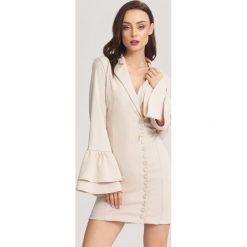 Kremowa Sukienka We Belong to the Music. Białe sukienki balowe marki other, uniwersalny, z dzianiny, dekolt w kształcie v, z długim rękawem, mini, dopasowane. Za 89,99 zł.