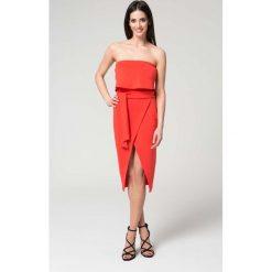 Sukienki: Koralowa Wieczorowa Sukienka z Odkrytymi Ramionami z Kopertowym Dołem