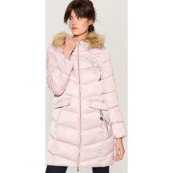 Pikowany płaszcz z kapturem - Różowy. Czerwone płaszcze damskie pastelowe Mohito. Za 279,99 zł.