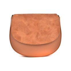 Torebka w kolorze koniaku - (S)22,5 x (W)19 x (G)8 cm. Brązowe torebki klasyczne damskie Bestsellers bags, w paski, z materiału. W wyprzedaży za 199,95 zł.